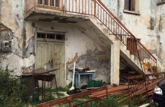 Πωλείται παλαιά μονοκατοικία, ισόγειο & 1ος όροφος 150 τ.μ. σε οικόπεδο 200 τ.μ. στο κέντρο του χωριού Γαλατά. Χρίζει ανακαίνισης απαραιτήτως! Έχει είσοδο και από τις δύο πλευρές.
